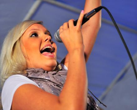 Avondprogramma met live muziek in een van de feesttenten Festival Austerlitz