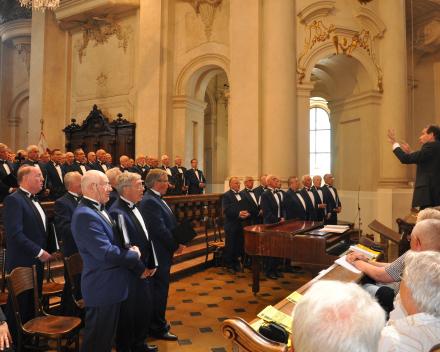 Concert van het Groot Nederlands Mannenkoor  (GNMK) in de Niclolaaskerk te Praag