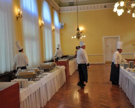 Zeer uitgebreid dinerbuffet tijdens Festival in Marienbad, de koks zijn nog druk bezig met de voorbereidingen