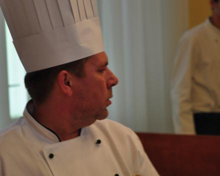 De chefkok herr Novak verantwoordelijk van het dinerbuffet ons Festival Marienbad