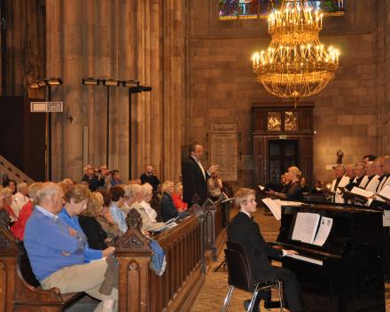 Groot samengesteld Koor zing o.l.v. Martin Mans in Votiv Kirche Wenen