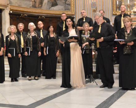 Nana Tchikhinashvili,  altsopraan en dirigant in concert