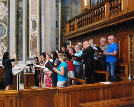 Concert in de st. Pieter, onder het koororgel, koor: Moderato Cantabile o.l.v. Nana Tchikhinashvili