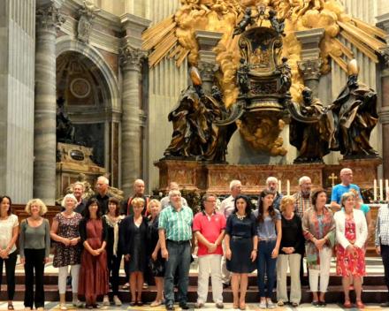 Koorreis Rome groepsfoto in de St. Pieter na het concert