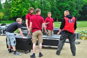 Ons technisch team, in de weer om podium en geluidsinstallatie te bouwen voor uw concert