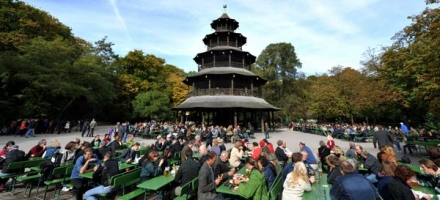 De Biergarten in de Engelse Tuin in het centrum van München
