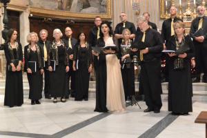 Sopraan Nana Tchikinashvili zingt met haar koor in de Santa Andrea Della Valle