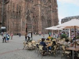 Overal in Straasburg vind je gezellige terrassen, bv tegenover de kathedraal