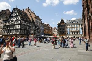 het gezellige plein voor de kathedraal van Straasburg