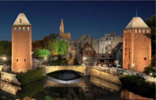 De toegangspoort naar de wijk 'Petite France', een hele gezellige bijna autovrije,  Middeleeuwse wijk in Straatsburg