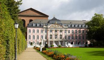 Kurpalast met prachtige tuin in centrum van Trier